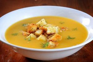 Гороховый суп с сухариками.