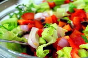Свежие овощные салаты.