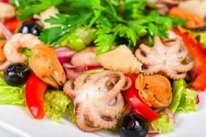 Салат из морепродуктов.