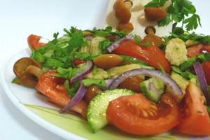 Салат овощной с грибами.