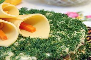 Слоеный грибной салат с овощами.