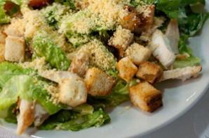 Салат с курицей Цезарь.