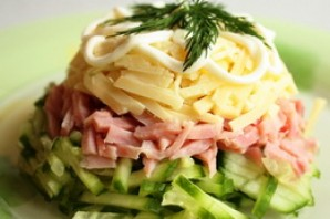 Салат с сыром и ветчиной.